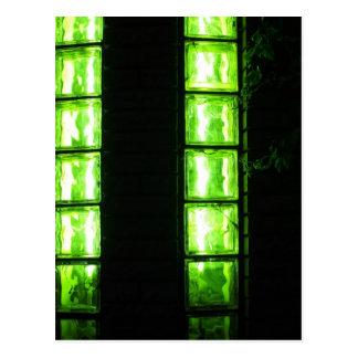 Pared decorativa con las luces verdes en la noche postal