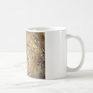 Pared del cemento entremezclada con las piedras taza básica blanca