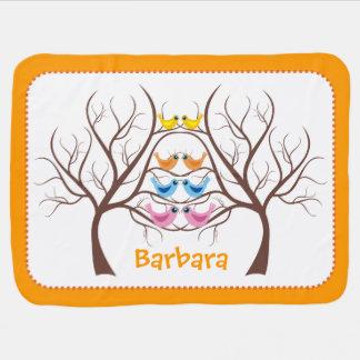 Pares de pájaros gemelos lindos en naranja del manta de bebé