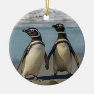 Pares de pingüinos en la playa adorno navideño redondo de cerámica