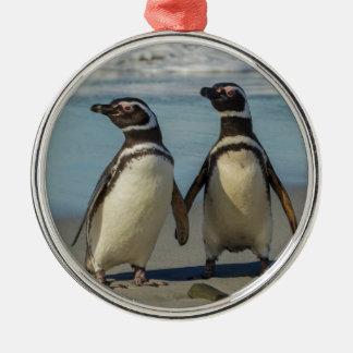 Pares de pingüinos en la playa adorno navideño redondo de metal