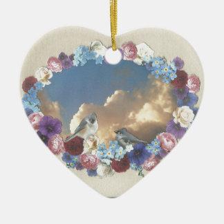 pares del titmouse en guirnalda floral adorno de cerámica en forma de corazón