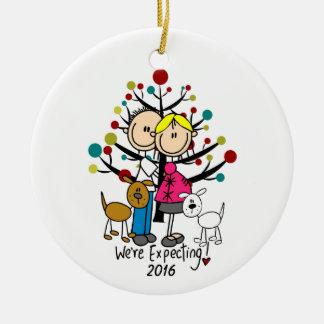 Pares expectantes de encargo con el ornamento de adorno navideño redondo de cerámica