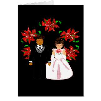 Pares interraciales del boda del navidad con la tarjeta pequeña