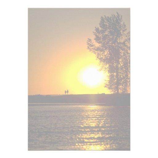 Pares que dan un paseo en la puesta del sol, río d comunicados personalizados