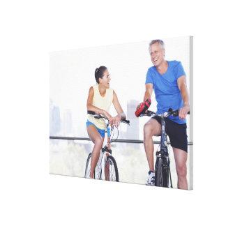 Pares que se sientan en las bicicletas impresion en lona