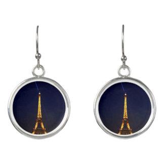 París por noche los pendientes de la torre Eiffel