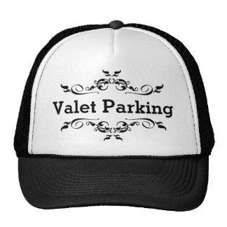 Parking con aparcacoches gorras de camionero