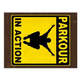 Parkour en letrero de la acción postal