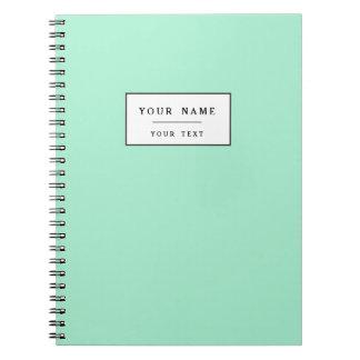 Parte alta ligera de la verde menta coloreada el libro de apuntes