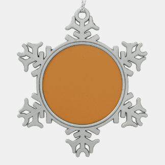 Parte alta ocre coloreada adorno de peltre en forma de copo de nieve