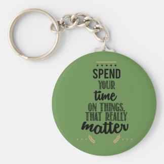 pase su tiempo en las cosas que importan realmente llavero redondo tipo chapa