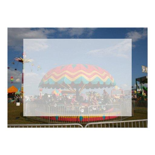 Paseo colorido del niño en la feria invitación personalizada