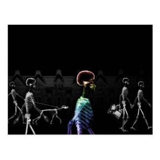 Paseo de medianoche de los esqueletos de la postal