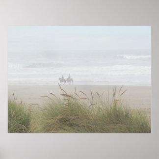 Paseo del caballo en el poster de la playa
