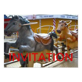 Paseo del caballo en una invitación feliz del