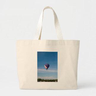 Paseo del globo del aire caliente de las barras y  bolsa