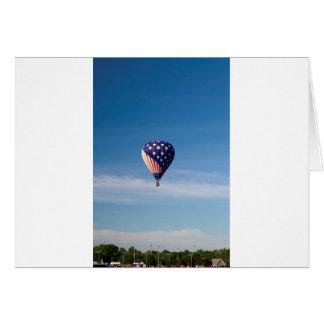 Paseo del globo del aire caliente de las barras y  tarjeta de felicitación