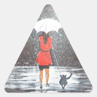 Paseo en la lluvia pegatina triangular