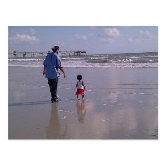 Paseo en la playa postal