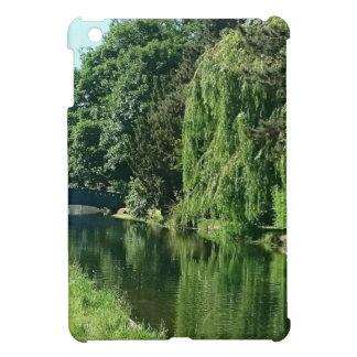 Paseo soleado verde del río de los árboles del
