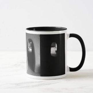 Pasillo de Adobe: Taza blanco y negro de las fotos