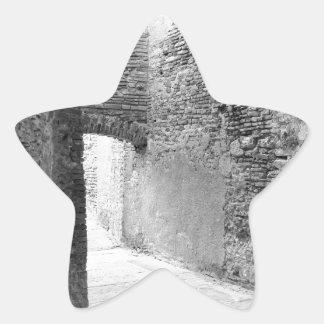 Pasillos oscuros de una vieja estructura del pegatina en forma de estrella