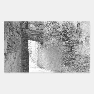 Pasillos oscuros de una vieja estructura del pegatina rectangular