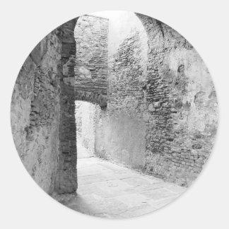 Pasillos oscuros de una vieja estructura del pegatina redonda