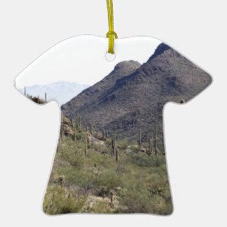 Paso del desierto del Saguaro Adorno De Cerámica En Forma De Camiseta