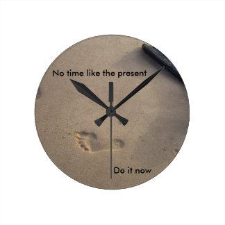 Pasos en esperanza inspirada del estímulo de la reloj redondo mediano