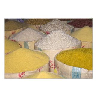 Pastas, grano y arroz en sacos en el souk adentro arte fotográfico