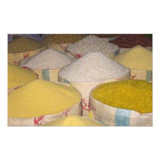 Pastas, grano y arroz en sacos en el souk adentro fotografias