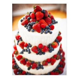 Pastel de bodas con las frutas postal