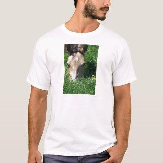 Pasto en la hierba camiseta