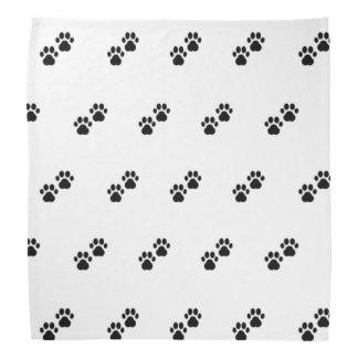 Patas del perro en blanco bandanas