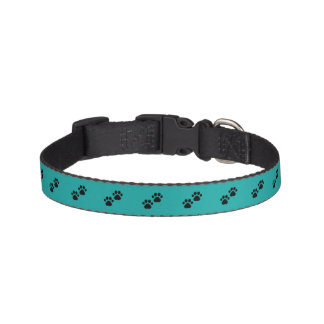Patas del perro en trullo collar para mascotas