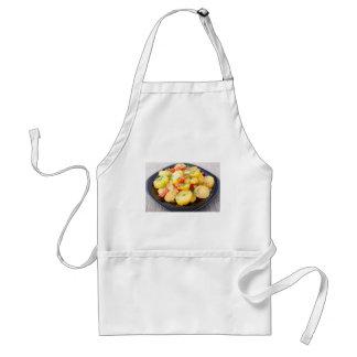 Patatas con la cebolla, el paprika y el hinojo delantal
