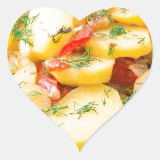 Patatas con la cebolla, el paprika y el hinojo pegatina en forma de corazón