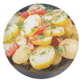 Patatas con la cebolla, el paprika y el hinojo plato de comida