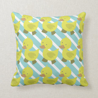 Pato amarillo lindo del bebé con las rayas azules cojín decorativo