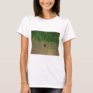Pato del pequeño grebe en plumaje de la cría camiseta