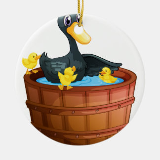 Patos que toman un baño adorno redondo de cerámica