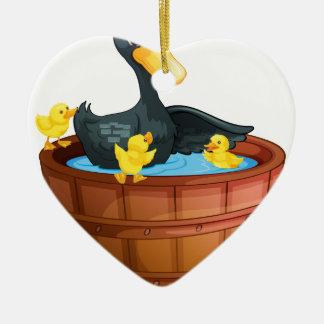 Patos que toman un baño adorno de cerámica en forma de corazón