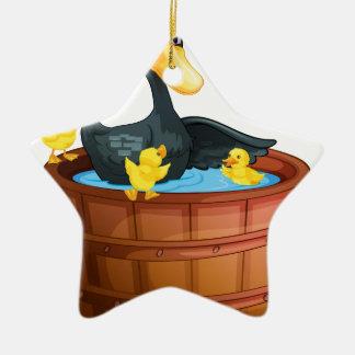 Patos que toman un baño adorno de cerámica en forma de estrella