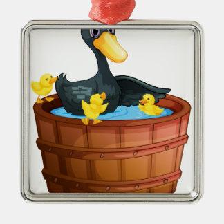 Patos que toman un baño adorno cuadrado plateado