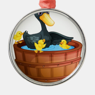 Patos que toman un baño adorno redondo plateado