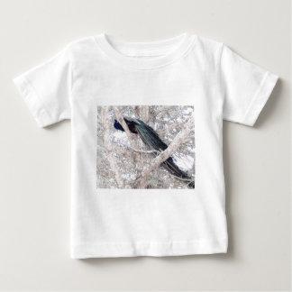 Pavo real del lápiz del color en árbol camiseta de bebé