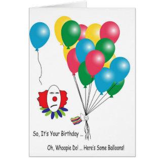 Payaso sarcástico con la tarjeta de cumpleaños de