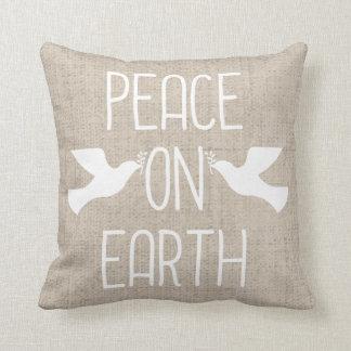Paz de lino de la mirada en la almohada del día de